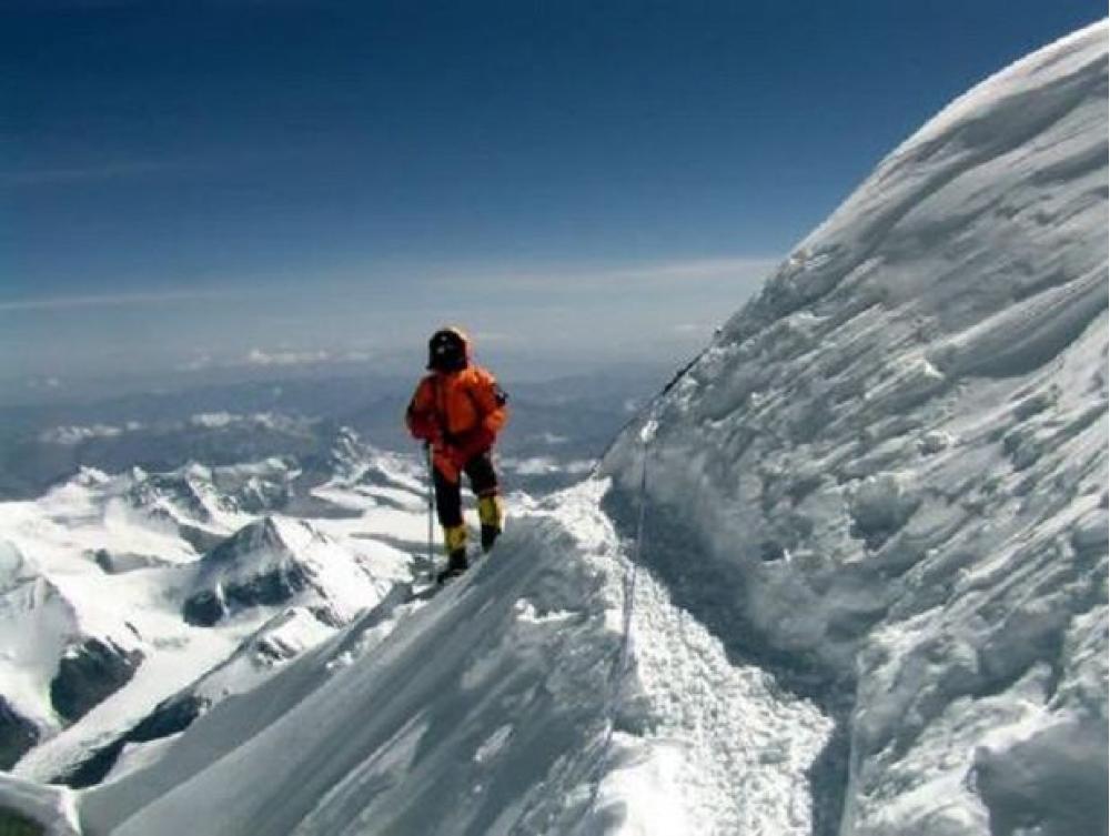 Everestdə buzlar əridi, cəsədlər ortaya çıxdı